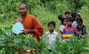 Frustrés par l'inaction du pouvoir cambodgien, des patrouilleurs-citoyens en colère après le meurtre du plus célèbre d'entre eux risquent leur vie pour lutter contre le trafic de bois qui décime les forêts du pays.