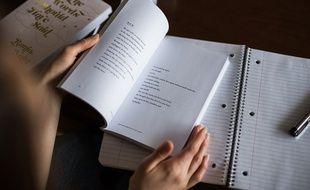 Un élève qui lit un livre en classe