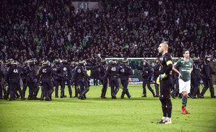 Stéphane Ruffier et Vincent Pajot symbolisent sur cette photo cette ASSE sonnée à la fois par la longue interruption du derby que par la claque finale reçue dimanche (0-5).