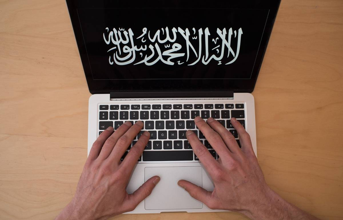 Illustration de l'endoctrinement djihadiste de Daesh sur Internet. – SEBASTIEN SALOM-GOMIS/SIPA