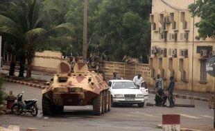 L'offensive des forces loyales au président malien Amadou Toumani Touré (ATT) repoussée par les ex-putschistes et qui a fait au moins 14 morts lundi à Bamako, ne remet pas en cause l'accord-cadre sur le retour du pouvoir aux civils a affirmé mardi l'ex-chef de la junte