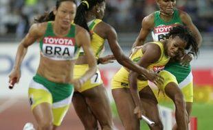 L'athlète brésilienne Lucimar Teodoro (à droite), lors du relais 4X400m des championnats du monde d'Helsinki, le 13 août 2005.