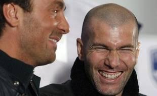Le 5 février 2009, Zidane et Dugarry blaguent avant une conférence de presse à Bordeaux.