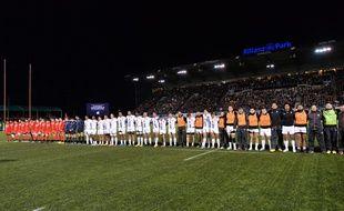 Une minute de silence est observée avant le match de Coupe d'Europe entre les Saracens et le Stade Toulousain en hommage aux victimes des attentats de Paris et Saint-Denis.