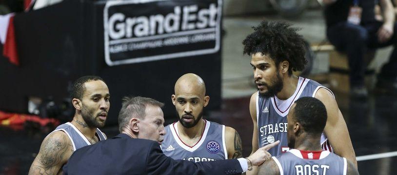 L'entraîneur de la SIG et plusieurs de ses joueurs sur le parquet du Rhenus en Basket Champions League cette saison.