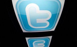 Trois adolescentes ont été exclues définitivement de leur lycée à Limay (Yvelines) pour avoir insulté leur professeur de français sur le réseau social Twitter, a-t-on appris samedi auprès de l'Education nationale, confirmant une information du Parisien.