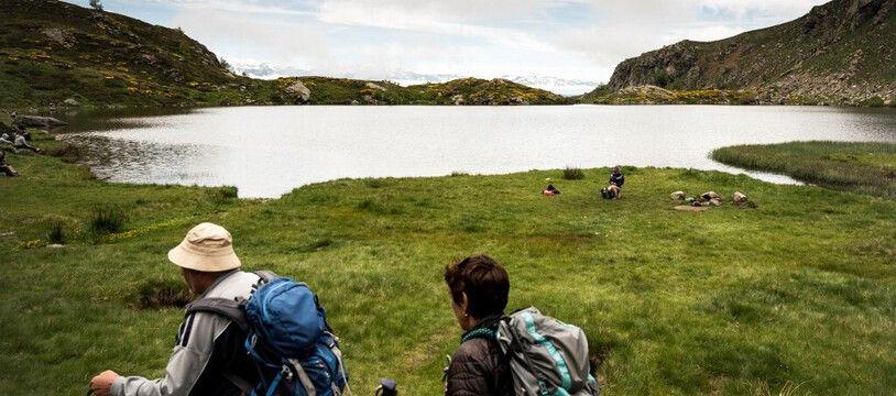 Des touristes en randonnée à Tabe dans les Pyrénées, le 24 mai 2021.