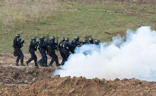 Les forces de l'ordre lors des affrontements sur le site du barrage de Sivens.