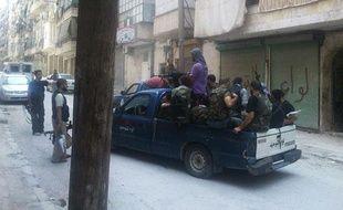 Des membres de l'armée syrienne libre (ASL) patrouillent dans le quartier de Salahedinne, à Alep, le 1er août 2012.