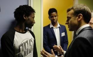 Emmanuel Macron dialogue avec Ahmed Adam, réfugié originaire du Soudan, le 16 février 2018.