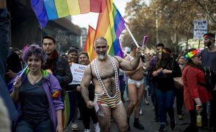 Environ 100.000 personnes, selon les organisateurs, ont manifesté samedi pour les droits LGBT à Santiago au Chili.
