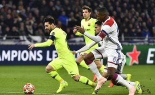 Lionel Messi chassé par des Lyonnais, en huitième de finale de Ligue des champions, mardi 19 février.