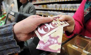 Un client paye avec des billet d'Occitans, une monnaie locale à Pézenas, le 25 janvier 2012.