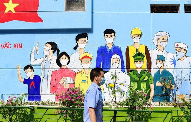 Un homme devant un centre de vaccination contre le Covid-19 à Hanoï, la capitale du Vietnam, le 19 juillet 2021.
