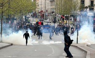 Des manifestants dispersés par des gaz lacrymogènes, ici le 28 avril à Rennes.