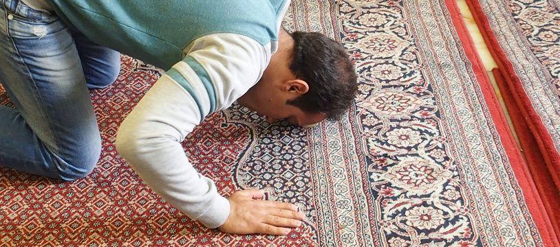 Un homme musulman priant. Illustration.