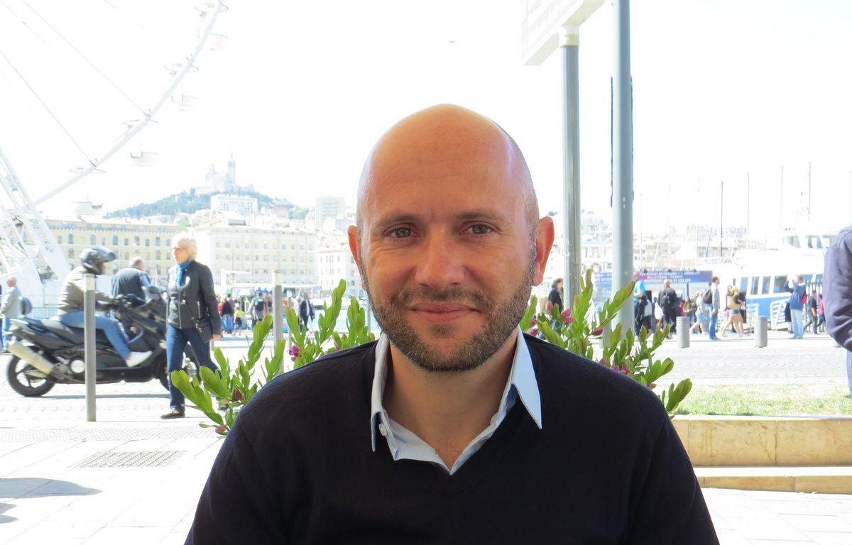 Bruno Palazzolo vous donne ses conseils pour porter un toast.  – Adrien Max / 20 Minutes