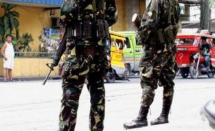 Un attentat à la bombe visant un bus a fait deux morts et cinq blessés mercredi dans le sud des Philippines, bastion de bandes criminelles et de rebelles islamistes, selon un nouveau bilan communiqué par l'armée.