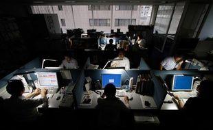 Economies d'énergie dans les bureaux de Tokyo, le 30 juin 2011.