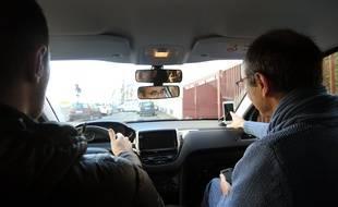 Une voiture d'auto-école équipée de l'application Smartmoove, qui propose un replay des leçons de conduite.