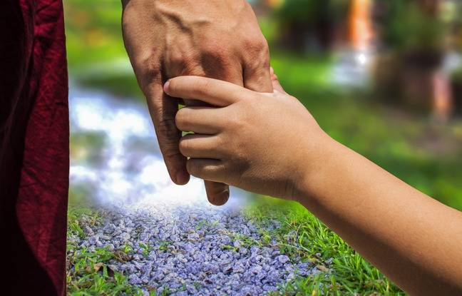 648x415 pere famille tenant main enfant illustration