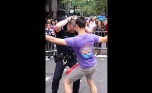 Capture d'écran d'une vidéo YouTube montrant un policier du NYPD danser avec un participant de la Gay Pride, à New York, le 28 juin 2015.