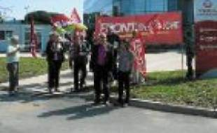 Les manifestants devant Véolia.