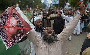 Un membre d'un parti religieux manifeste pour réclamer l'exécution d'Asia Bibi après le verdict de la Cour suprême.