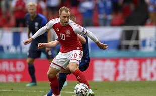 Le milieu de terrain du Danemark Christian Eriksen lors du match contre la Finlande samedi à Copenhague, avant de s'écrouler, victime d'un malaise.
