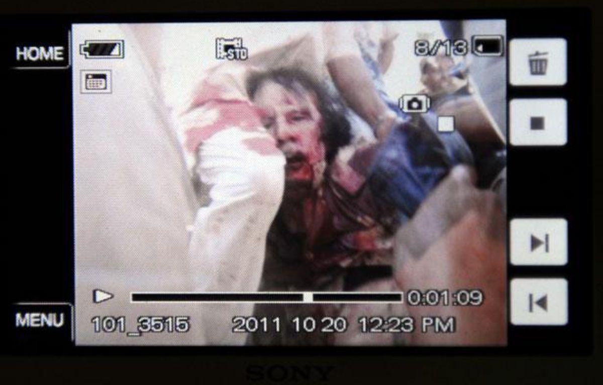 Mouammar Kadhafi est mort le 20 octobre 2011 à Syrte. Cette photo a été prise avec un téléphone portable. – PHILIPPE DESMAZES/AFP