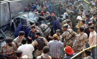 Un attentat-suicide à la voiture piégée visant un diplomate américain a fait au moins cinq morts - dont le diplomate - jeudi près du consulat américain de Karachi (sud du Pakistan)