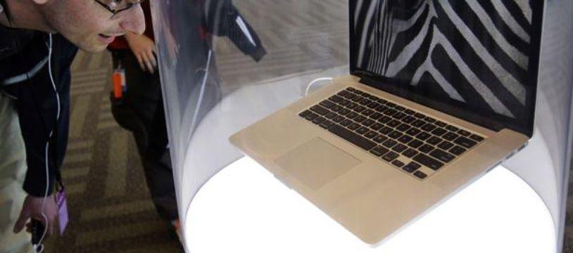 Un homme regarde un MacBook Pro à San Francisco le 11 juin 2012.
