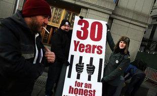 Des partisans de Ross Ulbricht manifestent devant le tribunal de Manhattan où il est jugé, le 13 janvier 2015