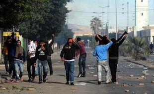 Des jeunes Tunisiens font face aux forces de l'ordre, à Regueb, près de Sidi Bouzid, le 10 janvier 2011
