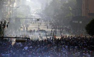 Les violences ont encore ensanglanté l'Egypte vendredi avec au moins 83 morts dans des heurts entre partisans du président déchu Mohamed Morsi et des forces de l'ordre autorisées à tirer, un appel des islamistes à manifester désormais quotidiennement.