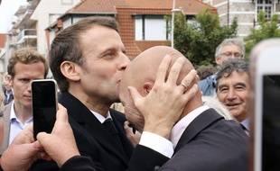 Emmanuel Macron embrasse le front d'un militant LREM le 26 mai 2019.Ludovic Marin/Pool via AP