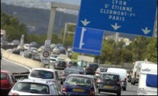 Les constructeurs européens ont dénoncé dimanche l'annonce faite vendredi par la Commission européenne qui va bientôt proposer une législation pour les contraindre à réduire les émissions de CO2 de leurs véhicules.