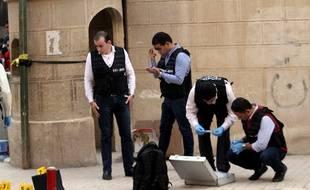 La police scientifique égyptienne examine la scène de crime, après l'attaque d'une église près du Caire, le 29 décembre 2017.