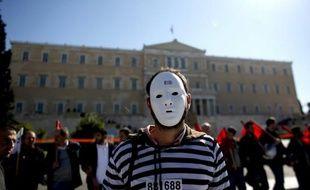 La Grèce retenait son souffle mercredi dans l'attente des conclusions du sommet de Bruxelles sur un allègement de son énorme dette, qui pourraient déboucher sur une mise sous tutelle plus étroite du pays, et précipiter une recomposition politique.