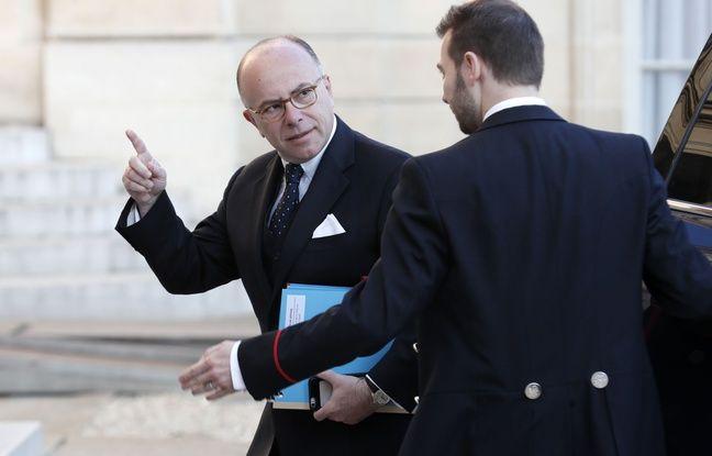 Le Premier Ministre, Bernard Cazeneuve arrive au Conseil de Défense vendredi 21 avril 2017, réuni après l'attentat sur les Champs Elysées.