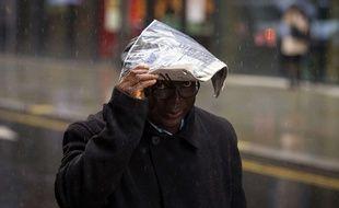 Un homme se protège de la pluie - Illustration
