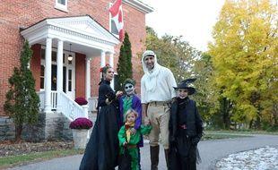Captude d'écran d'une photo postée sur facebook de la famille Trudeaux déguisée pour Halloween.