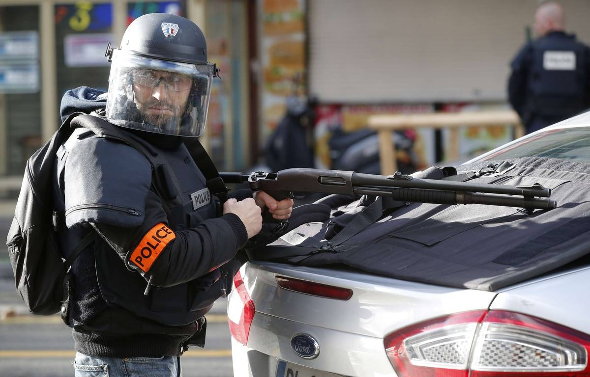 Un policier dans le quartier de la Goutte d'Or, à Paris, après l'attaque survenue devant un commissariat le 7 janvier 2015. – Michel Euler/AP/SIPA