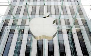 Le groupe informatique américain Apple a battu de nouveaux records lundi à Wall Street, dopé par une victoire judiciaire contre le rival sud-coréen Samsung qui pourrait lui permettre de renforcer sa position sur le marché des tablettes et des téléphones.