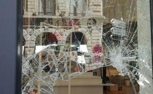 Le magasin Lacoste a été pillé par les casseurs, dimanche soir à Lyon après la Victoire des Bleus. — C. Girardon / 20 Minutes