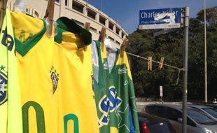 Un vendeur de maillots sur la Place Charles Miller, le 5 juillet 2014, à Sao Paulo.