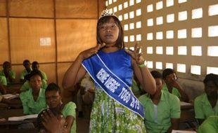 """Pascaline Boukari """"reine vierge"""" 2015 du Togo s'adresse à des étudiants à Lomé, le 23 février 2016"""