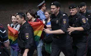 Des manifestants pour les droits des homosexuels emmenés par les forces de l'ordre lors d'une manifestation en Russie en mai.