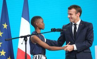 Emmanuel Macron, ce jeudi à Lyon pour la deuxième journée de conférence du Fonds mondial de lutte contre le sida, la paludisme et la tuberculose, serre la main d'Amanda Dushime, 18 ans, jeune Burundaise née avec le VIH et ambassadrice du réseau « Grandir ensemble ». Ludovic MARIN