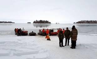 La police et des secours préparent une opération de sauvetage au lac Saint-Jean, au Québec, le 25 janvier 2020.